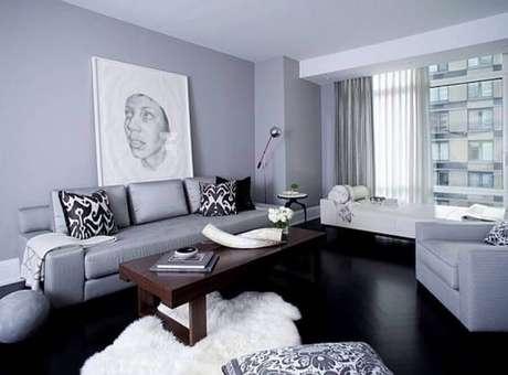 24. Sala de estar cinza decorada com piso vinílico preto – Foto Casa de Valentina