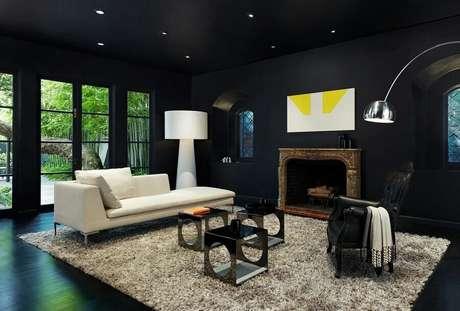 47. Decoração sofisticada para sala com lareira e piso vinilico preto – Foto Yandex