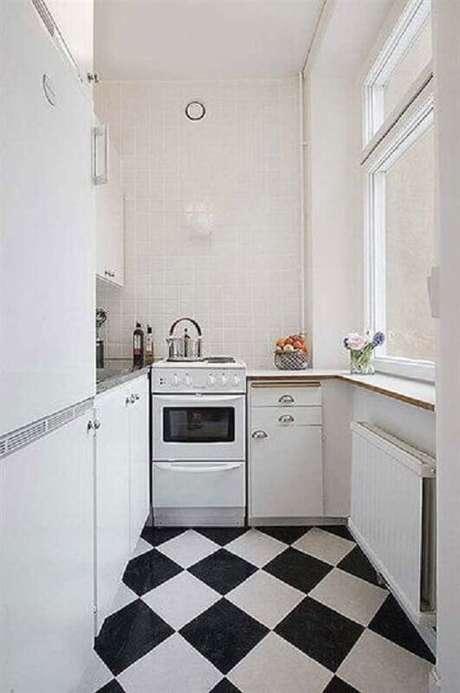 36. Decoração de cozinha pequena com piso preto e branco xadrez – Foto Apartment Therapy