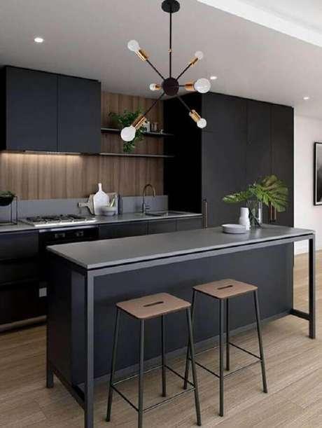 50. Cozinha preta decorada com luminária moderna de teto – Foto Etsy