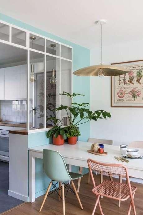 36. Luminária pendente moderna para decoração de sala de jantar pequena – Foto Côté Maison
