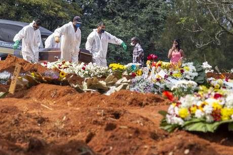 Corpo é sepultado no Cemitério da Vila Formosa, o maior da América Latina, na zona leste de São Paulo, neste sábado (20).