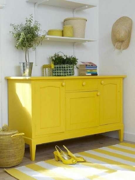 23. As gavetas e portas do aparador amarelo são usadas para guardar acessórios dos moradores. Fonte: Pinterest