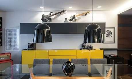 46. O aparador buffet amarelo auxilia na organização do ambiente. Fonte: Leonardo Muller