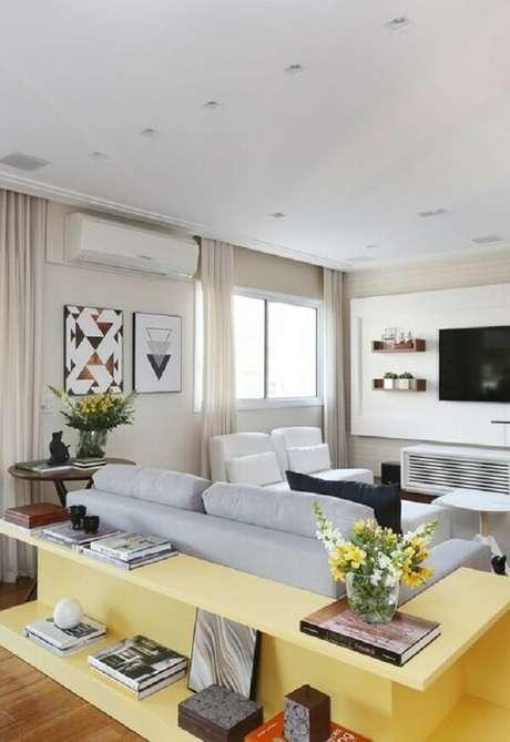 2. Aparador de sofá com acabamento amarelo. Fonte: Pinterest