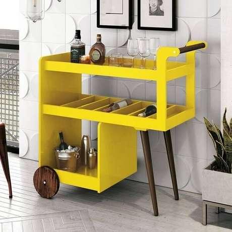 19. Aparador bar amarelo com design de carrinho. Fonte: Pinterest