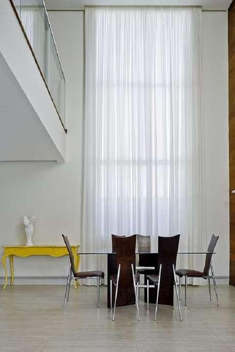 41. O aparador amarelo retrô se destaca na decoração do ambiente. Fonte: DG Arquitetura + Design