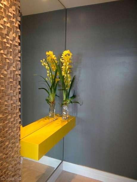 31. O aparador amarelo com espelho se destaca no hall de entrada da casa. Fonte: Pinterest