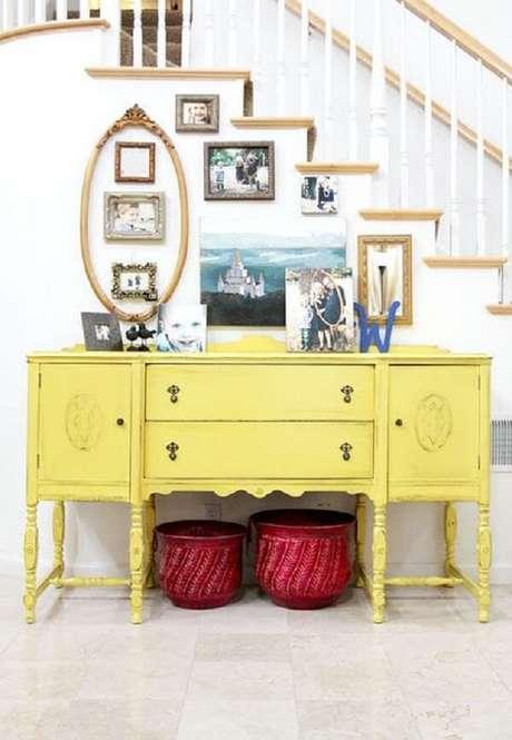 11. Acomode vários porta retratos sobre o aparador amarelo. Fonte: Pinterest