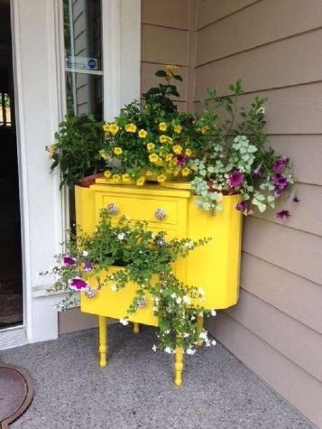 38. O aparador amarelo pode ser usado como floreira e decorar o hall de entrada. Fonte: Pinterest