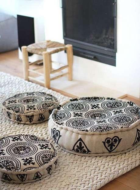 11. Almofada estampada redonda de diferentes tamanhos – Foto Pinterest