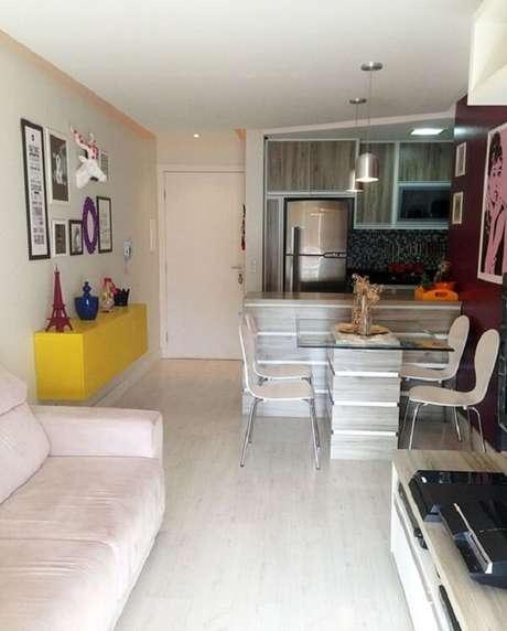 44. O aparador amarelo suspenso é a alternativa perfeita para apartamentos pequenos. Fonte: Comprando Meu Apê
