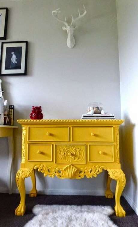27. Modelo de aparador amarelo retrô com várias gavetas. Fonte: Pinterest