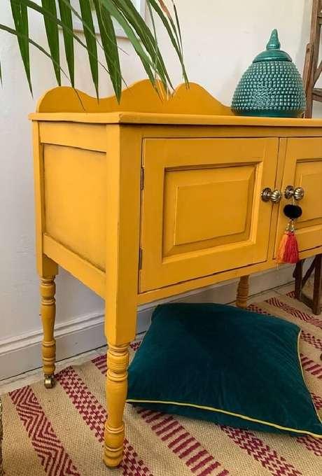 49. Os rodízios trazem mobilidade para o aparador amarelo. Fonte: Pinterest