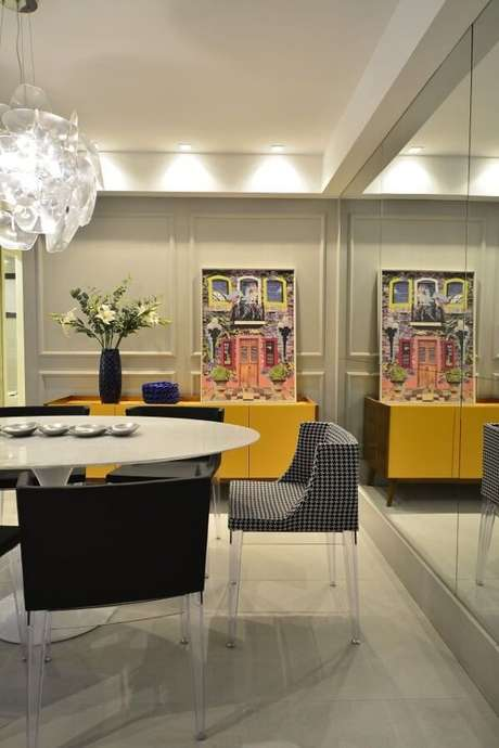 5. O aparador buffet amarelo pode ser usado para guardar itens de cozinha como taças, pratos e travessas. Fonte: BG Arquitetura