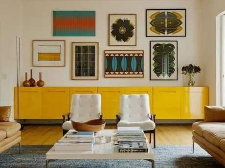 48. O aparador de sala amarelo se encaixa perfeitamente nesse projeto. Fonte: Pinterest