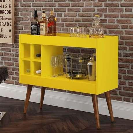 45. O aparador bar amarelo acomoda garrafas e taças. Fonte: Pinterest