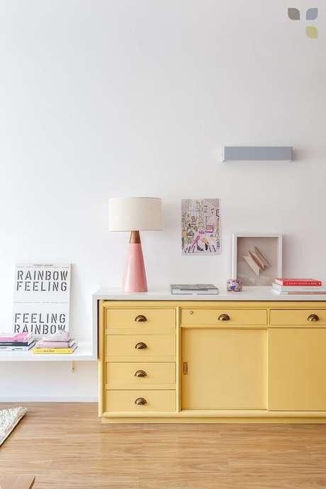 47. O aparador de sala amarelo ilumina a decoração do ambiente. Fonte: Carol Tasiro