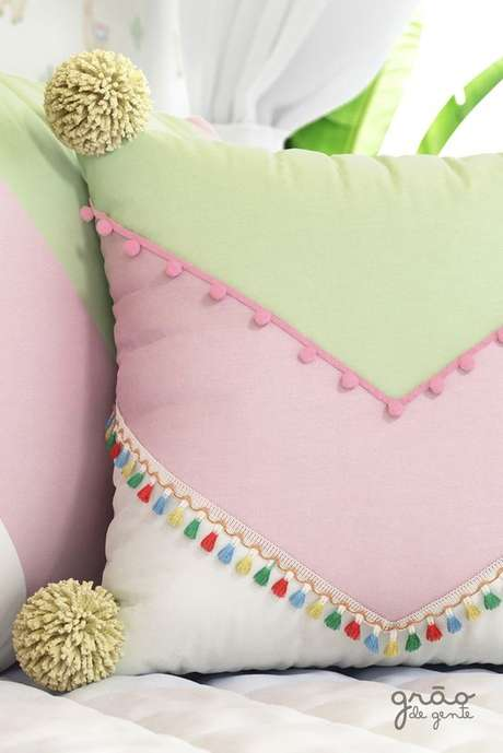 31. Tecido para almofada colorida para quarto infantil – Foto Grão de Gente