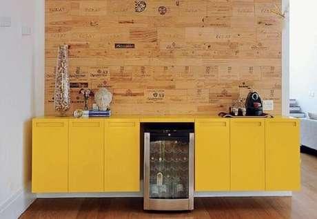 17. Aparador amarelo moderno suspenso feito som medida para o ambiente. Fonte: Pinterest