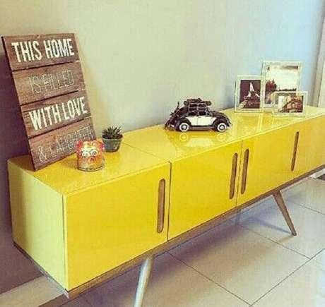 16. Aparador amarelo laqueado com pés de madeira. Fonte: Pinterest