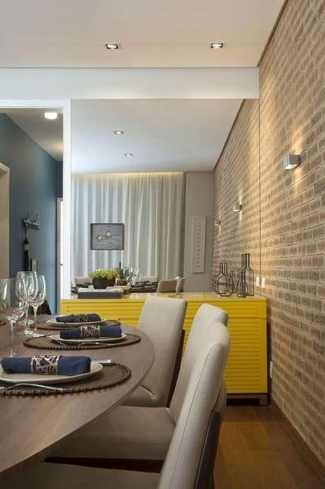 50. Sala de jantar moderna com aparador amarelo. Fonte: Cristina Lembi