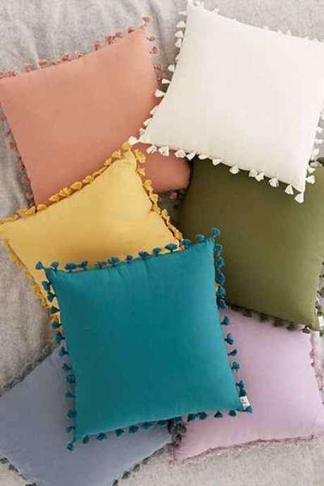 46. Tecido para almofada de diferentes cores no sofá cinza – Foto Urban Outfitters