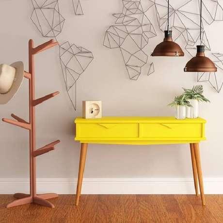 7. Modelo de aparador amarelo retrô com pés de palito. Fonte: Aprimore Móveis e Decoração