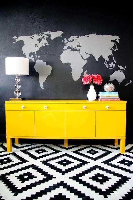 1. Aparador de sala amarelo com puxadores discretos. Fonte: Pinterest