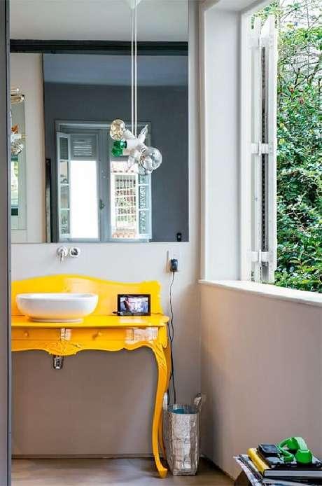 43. O aparador amarelo se transforma em bancada para banheiro. Fonte: Pinterest