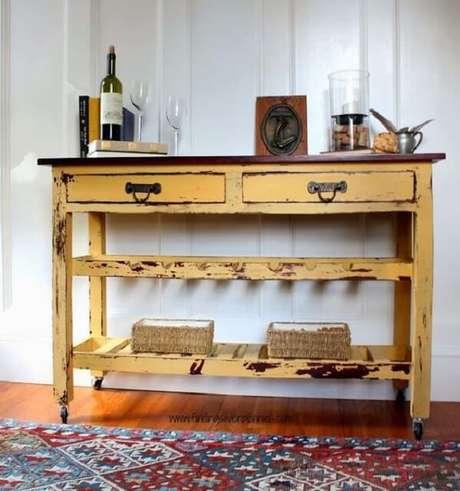 32. O aparador amarelo com rodinhas pode ser movimento para diferentes cômodos da casa. Fonte: Pinterest