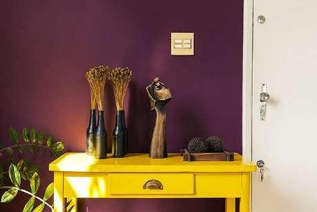 35. O aparador amarelo para sala foi posicionado ao lado da porta de entrada. Fonte: Casa Aberta