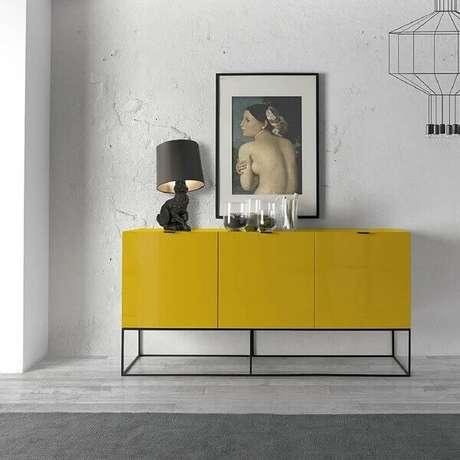 21. Aparador de sala amarelo com design moderno. Fonte: Pinterest