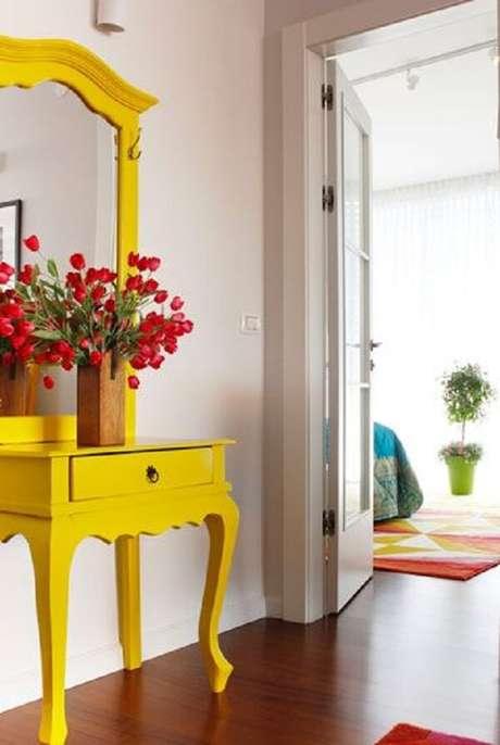 6. Modelo lindo de aparador amarelo com espelho. Fonte: Pinterest