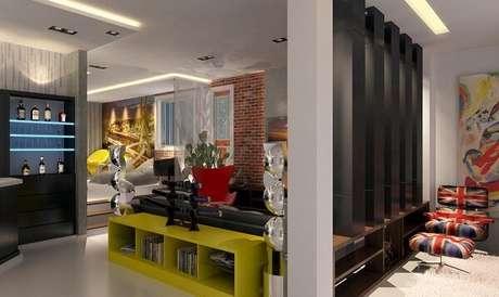 37. O aparador amarelo para sala traz um toque de cor para o ambiente. Fonte: Raduan Arquitetura