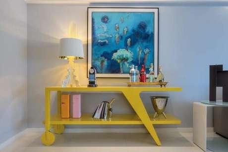 4. Modelo de aparador bar amarelo acomoda garrafas e um sofisticado abajur. Fonte: Rodrigo Maia