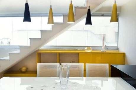 33. O aparador amarelo combina com as luminárias do ambiente. Projeto de Battaglia Arquitetura
