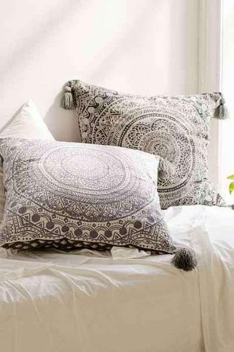 17. Quarto com tecidos para almofadas estampadas – Foto Urban Outfitters