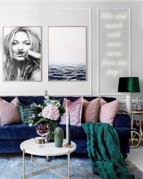 5. Tecido para almofada rosa no sofá azul marinho. Foto Print Hang Love