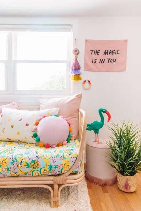 18. Sala colorida com tecido para almofada estampada – Foto Studio DIY