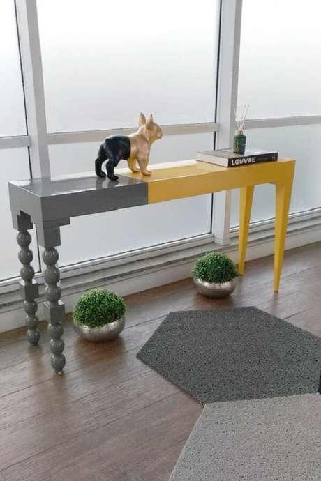 15. Aparador amarelo e cinza decoram o hall de entrada. Fonte: Pinterest