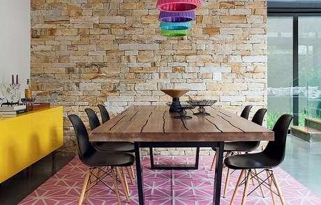 8. Aparador amarelo, tapete rosa e pendentes coloridos trazem alegria para a sala de jantar. Fonte: Casa e Jardim