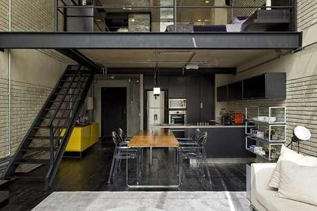 3. O aparador buffet amarelo exerce um papel importante na sala de jantar. Fonte: Diego Revollo