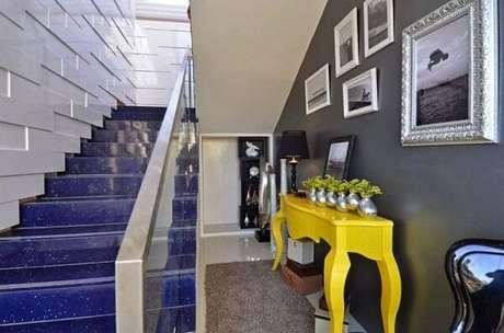 42. O aparador amarelo retrô se destaca na decoração. Fonte: Pinterest