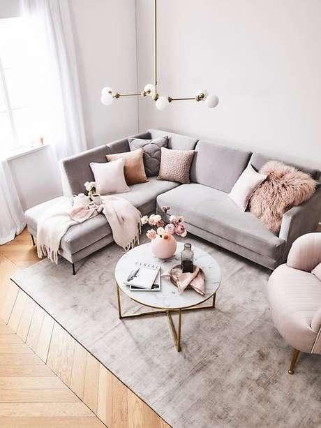 40. Tecido para almofada em tons claros no sofá cinza – Foto Decoholic