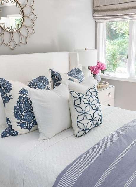 30. Tecido para almofada branca e azul par quarto – Foto Driven by Decor