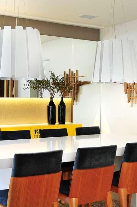 25. Modelo de aparador amarelo laqueado decora a sala de jantar. Fonte: Revista Habitare