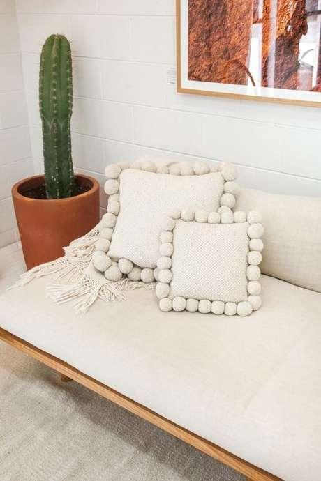 25. Sofá rústico em tons claros com tecido para almofada suede – Foto: Farmentory