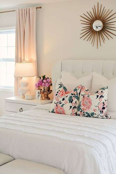2. Quarto com almofada de tecido floral – Foto The Pink Dream