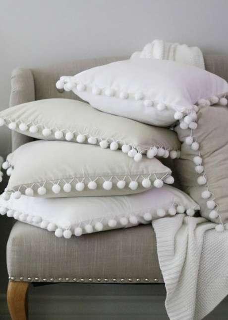 1. Sofá cinza com tecido para almofada clara – Foto Etsy